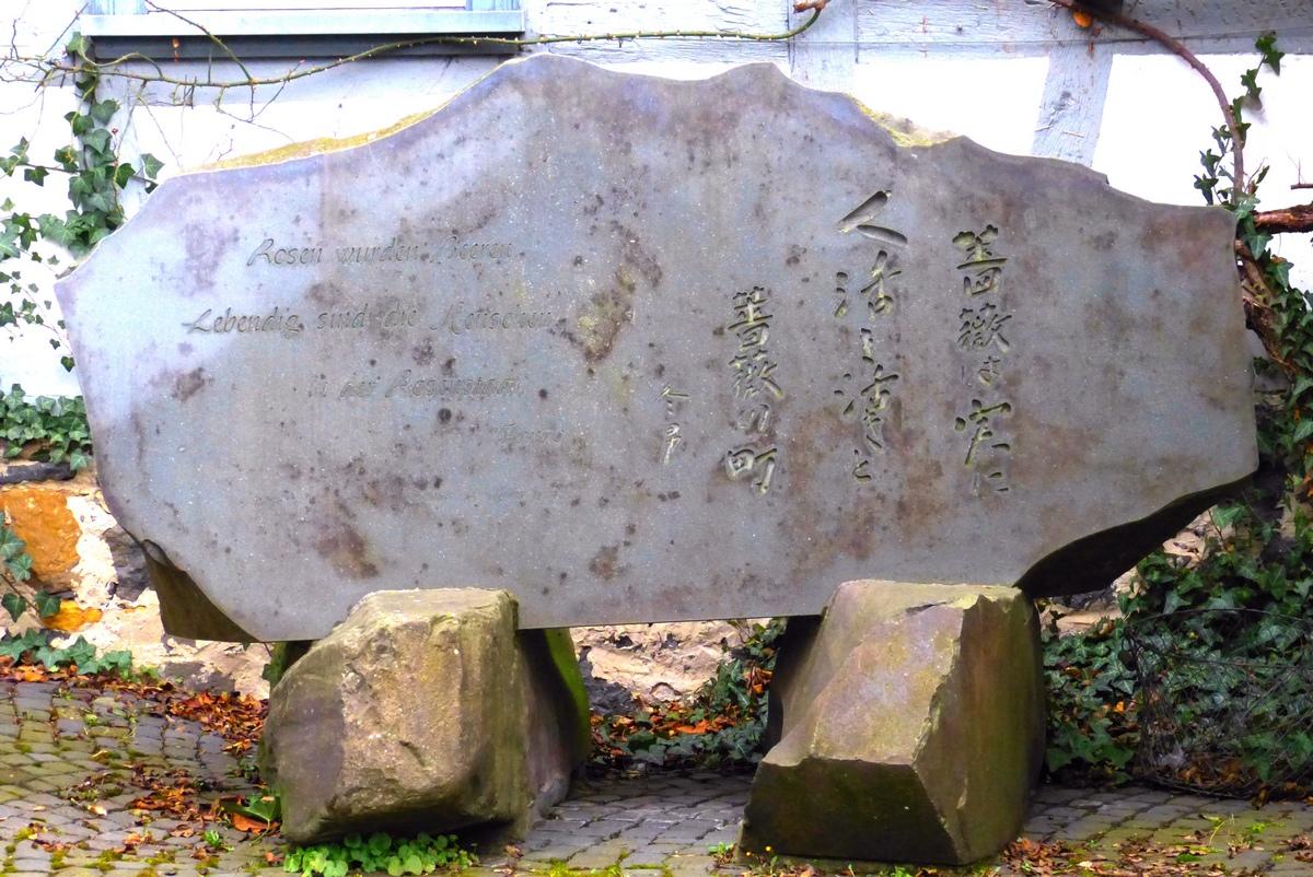 Haiku-Stein im Garten des Rosenmuseums